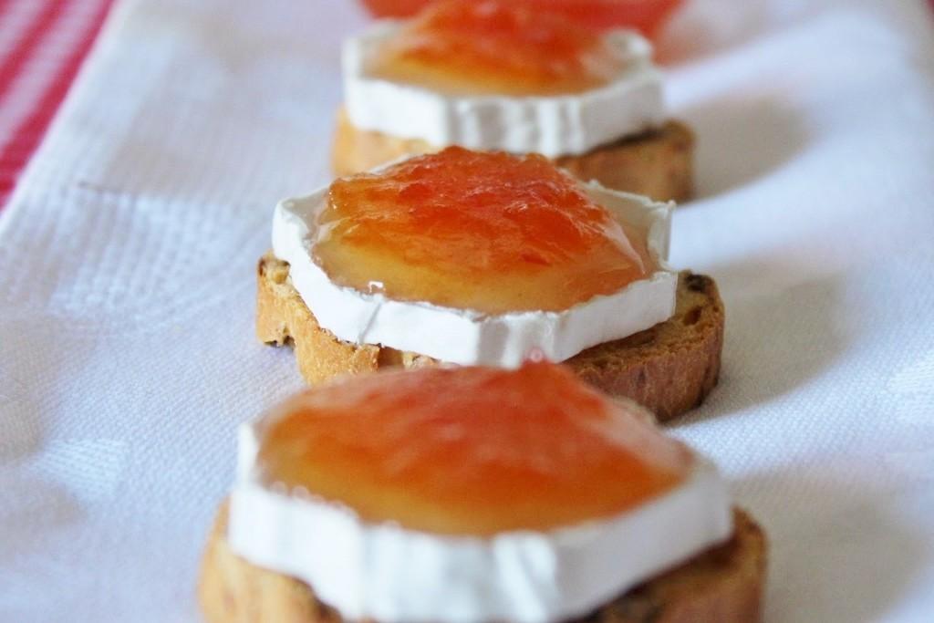 bocaditos de queso de cabra y mermelada de tomate